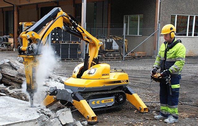 Robot wyburzeniowy w trakcie pracy